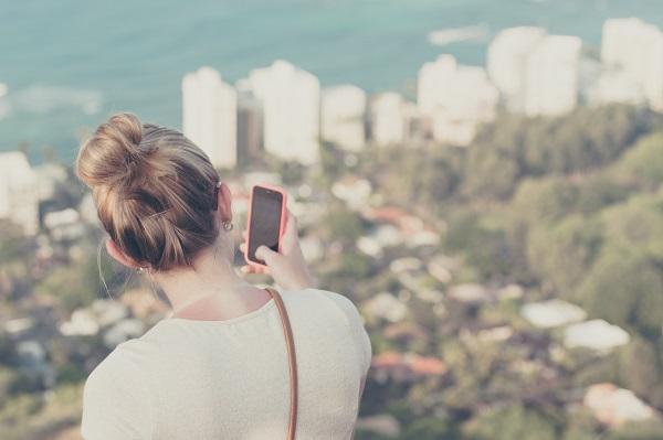 スマートフォンで写真を撮影する女性