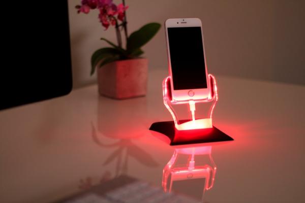 通知や充電状態がイルミネーションでわかるスマートiPhoneスタンド『LOOCY』