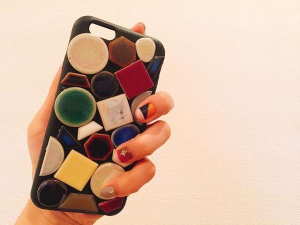 大ぶりなタイルをあしらった独特なデザインが目を惹く♩ アクティブな女性向けのiPhoneケース『lotti schön』