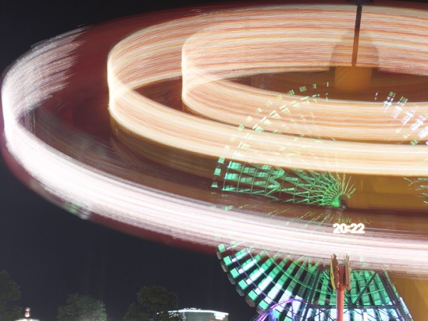 この写真、本当にスマホで撮ったの?光の軌道を映せるカメラアプリなら、夜景も花火も幻想的な写真に仕上がる♡