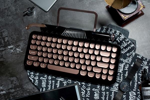レトロなデザインと今風のバックライト演出が魅力的!タイプライター風Bluetoothキーボード『Rymek』