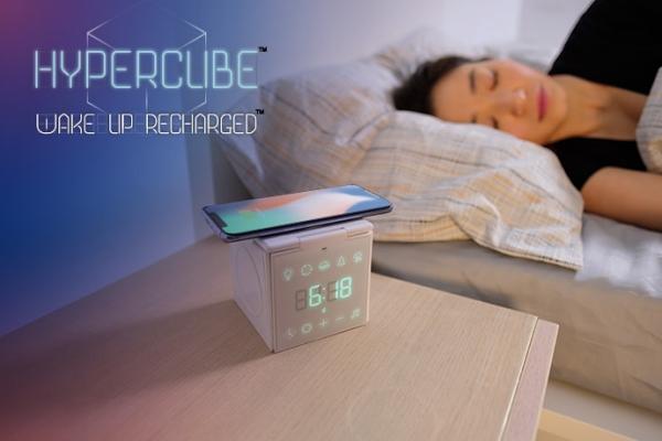 3台のデバイスを同時にワイヤレス充電!ライトやスピーカーで快眠サポートまでしてくれる『HyperCube』が未来的♩