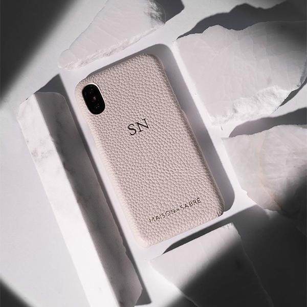 シンプルで高級感漂うレザーグッズブランド「MAISON de SABRÉ」のレザーiPhoneケースがおしゃれ♡