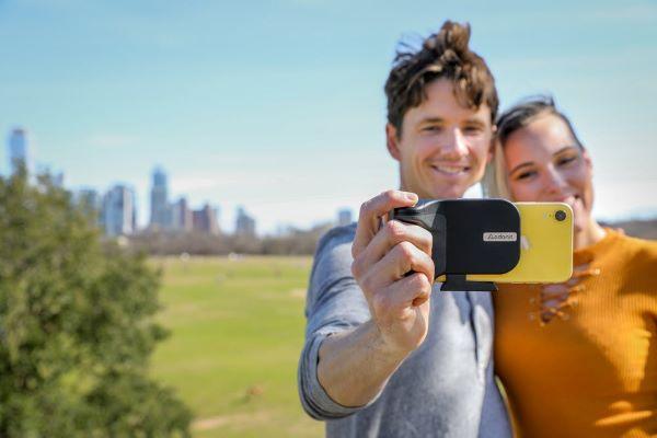 こういうガジェットが欲しかった♡スマホ撮影がもっと楽しくなる「PhotoGrip Qi」が便利すぎる!