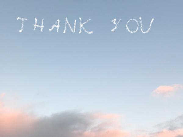 空に飛行機雲風のメッセージが♡実はこれアプリ「SkyLetter」の加工で描いてるんです♩