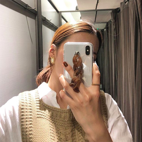 ブラウンカラーの太めチェーンがポイント。「claire」のシンプルかわいいiPhoneケースが気になる♡