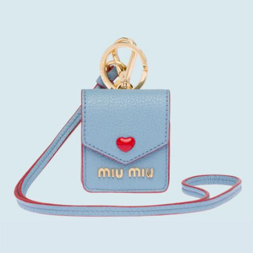 「miu miu」のAirPodsケースがあるって知ってる?財布やiPhoneケースとおそろいで持てて最高なかわいさ♡