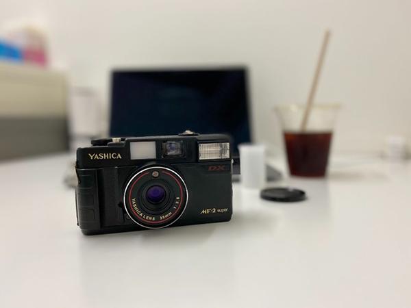 日本のカメラメーカー「YASHICA」の復刻フィルムカメラがヴィレヴァンに登場♩レトロ感な四角いデザインが◎