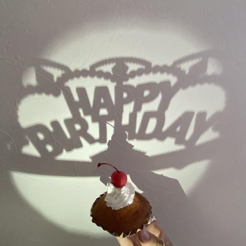 誕生日や記念日に撮ってみて!スマホ照明をスポットライトにした「シルエットフォト」のHow toをご紹介