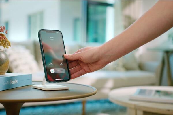 """""""ながら充電""""に最適なんです。iPhoneのMagSafe充電器をはめるだけのシンプルスタンドが気になる"""