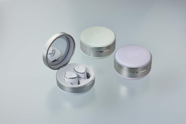 ミラーやLEDライトも搭載しているなんて新しい!「AVIOT」の新作ワイヤレスイヤホンに注目