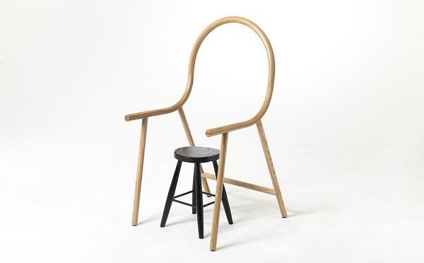 その発想はなかった!!シンプルな丸椅子をアームチェアに変身させる家具がおもしろい