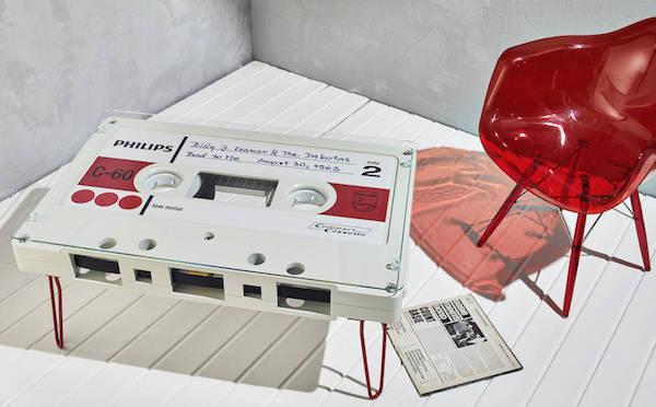 ニルヴァーナにメタリカも!懐かしのカセットテープをモチーフにしたテーブルがかわいい♡
