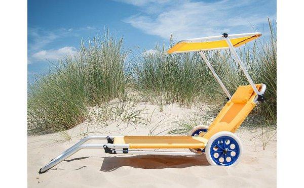 屋根付きが嬉しい♡折りたたむとカートにもなるビーチチェアが便利