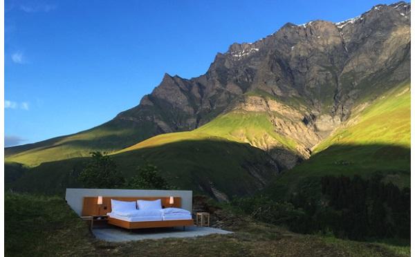 こんなの見たことない…!アルプス山脈にあるホテルの一室が開放的すぎる