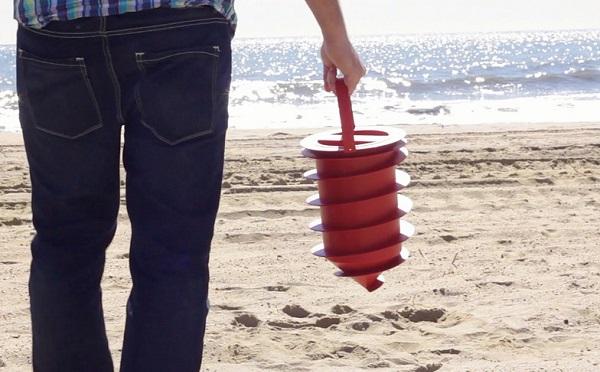 貴重品は砂の中に隠しちゃえ!ビーチで大活躍間違いなしの収納グッズが秀逸