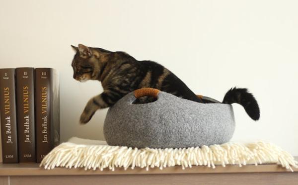 にゃんこ大満足!小物入れにも使えるフェルト素材の猫ベッドがかわいい