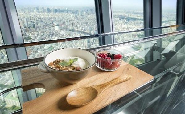 スカイツリーと「いつかティファニーで朝食を」がコラボ!展望デッキで朝食を味わうイベント開催