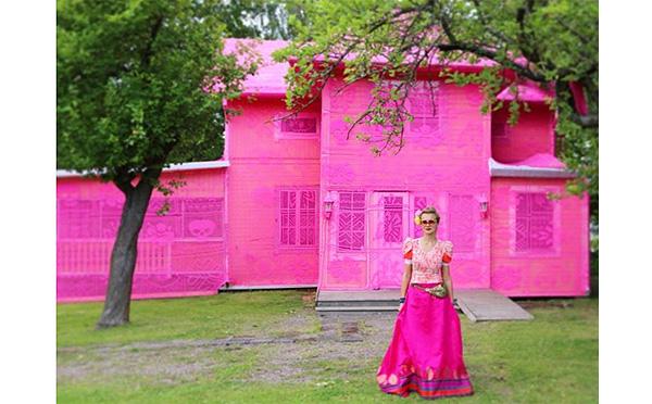 """どんな人にも""""家""""と呼べる場所があるべき…世界平和のためにつくられた「ピンクの家」がステキ"""