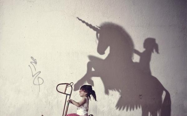 木馬がユニコーンに!?現実世界とファンタジーを組み合わせたアート写真にほっこり♡
