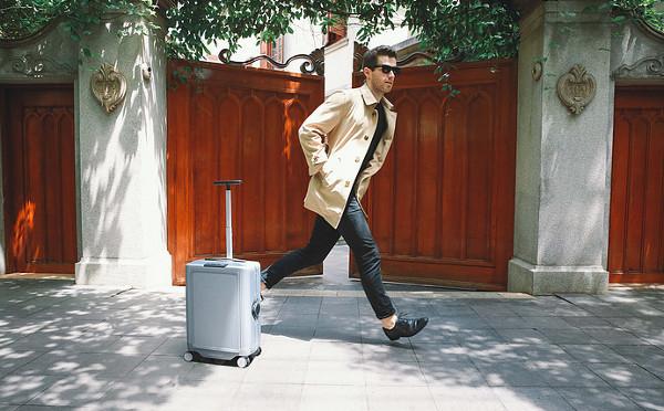 手ぶらで旅行の時代がやってくる!?持ち主を追って自動走行する「ロボット・スーツケース」が画期的