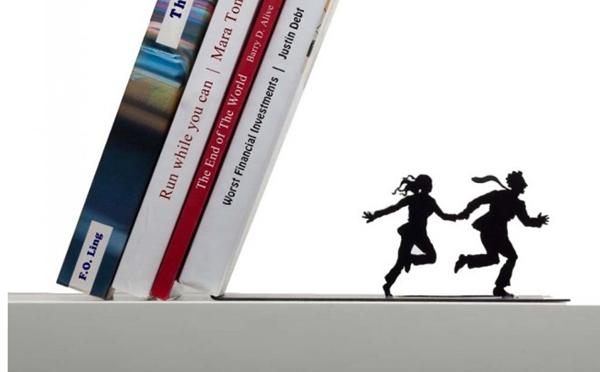 「に、逃げろ~!!」今にも本が倒れてきそうなブックエンドがユニーク - isuta[イスタ] - おしゃれ、かわいい、しあわせ