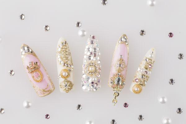 本物のダイヤモンドとパールを施したネイルイメージ