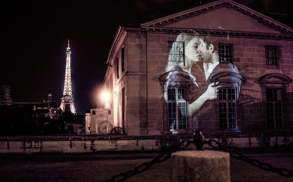 パリの夜に映し出された恋人たちのプロジェクションマッピングがロマンティック♡