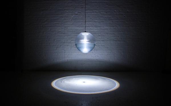 お部屋が幻想空間に…光の中に水の波紋が広がるランプにうっとり♡