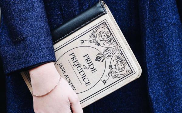 知的に見られそう!?名作のブックカバーをデザインしたクラッチバッグ