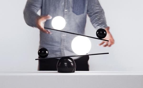 倒れそうで倒れない…!絶妙なバランスを保つデザインライトがオシャレ