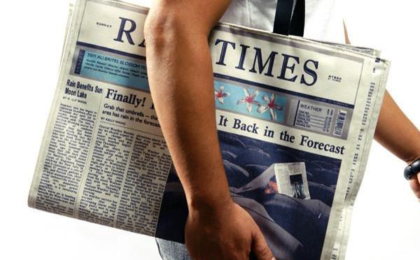 オシャレなだけじゃない!?雨の日にこそ使いたい新聞デザインのトートバッグがユニーク