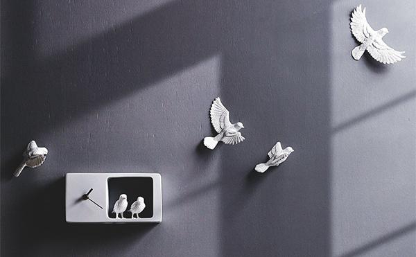 チュンチュン鳴き声が聞こえてきそう…!壁面をスズメが羽ばたくアートな時計
