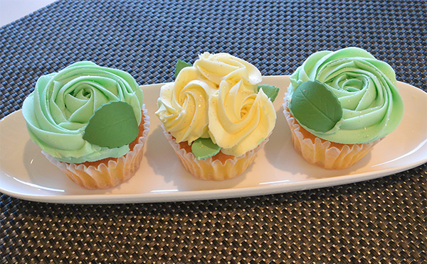 テーブルに小さな花園が出現♡「ローラズ・カップケーキ」の可憐なバラのケーキにキュンとくる!