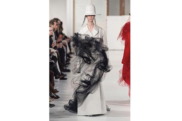 300時間以上かけて制作!顔が浮かび上がるマルジェラのチュール付きコートが幻想的