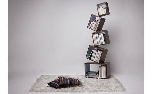 お部屋に緊張感をプラス!?絶妙なバランスの本棚にハラハラドキドキ