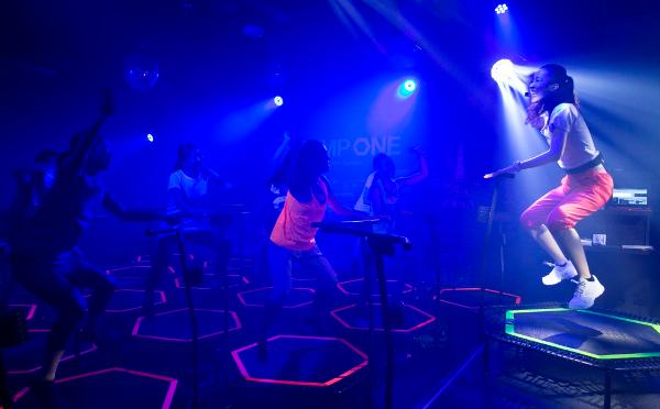 ヨーロッパで大流行中!クラブ感覚で楽しめるトランポリンを使ったフィットネスのサロンが新宿にオープン