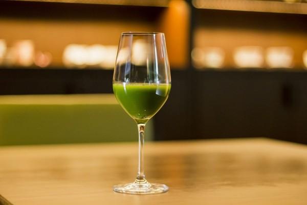 美しい真緑の【抹茶ワイン】