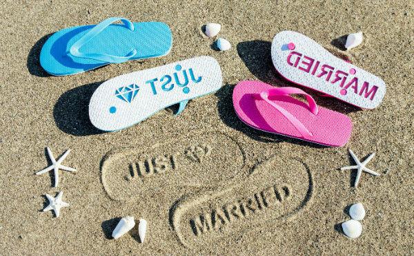 海に行きたくなっちゃう!砂浜にメッセージをスタンプできるビーチサンダルが楽しい♪