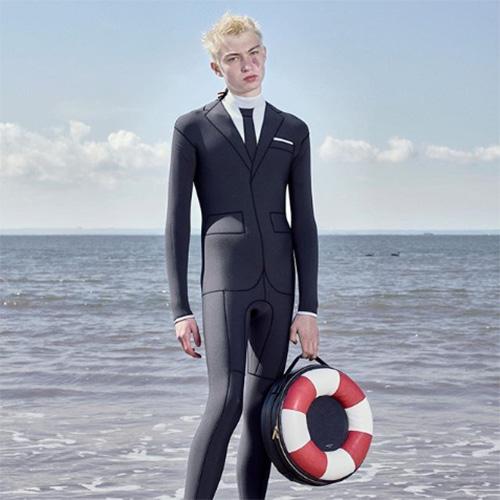 思わず二度見しちゃう…スーツのデザインのウェットスーツがトム ブラウンから登場