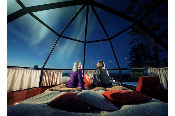 オーロラを見上げながら眠れちゃう♡天井一面ガラス張りのかまくら風宿泊施設がロマンティック
