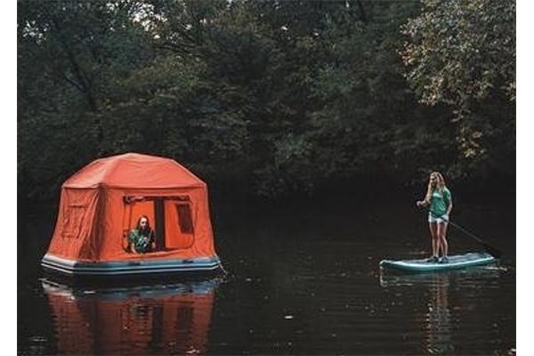 """テントとイカダが合体!水面をぷかぷかと漂う浮遊式テントでリアル""""ウォーターベッド""""が味わえちゃう"""