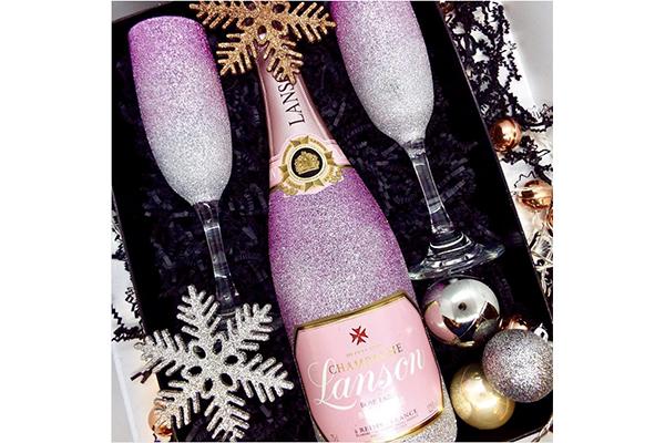飲み終わった後も飾っておきたい♪キラキラ輝くグリッターに包まれたシャンパンボトルがキュート