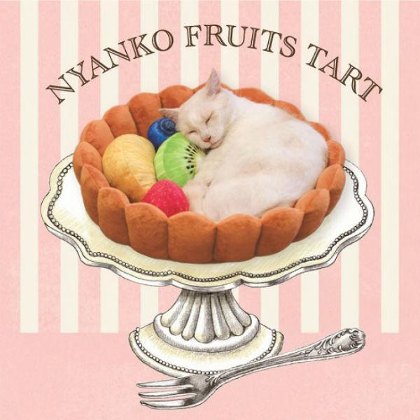 食べちゃいたくなるかわいさ♪フェリシモ猫部のフルーツタルト型「にゃんこクッション」にキュン♡
