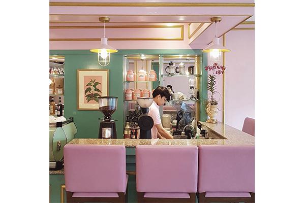映画から抜け出してきたみたい!淡いピンクがレトロシックでかわいいフィリピンのカフェに行ってみたい♡
