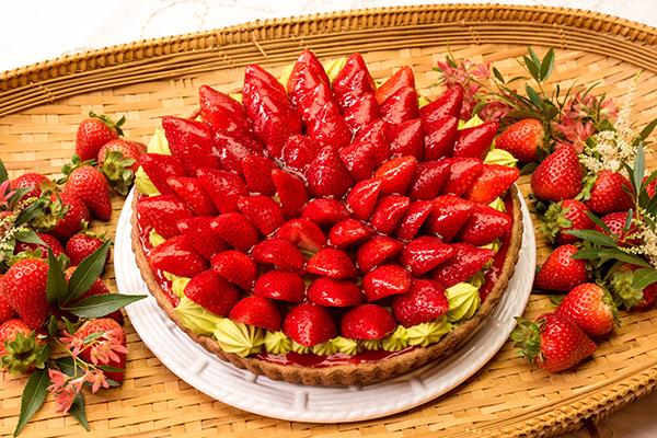 真っ赤なイチゴと抹茶のコントラストが目に鮮やか!キルフェボンのバレンタイン限定タルトがおいしそう♡