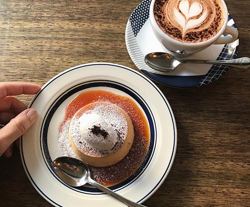 あなたは固め派?とろとろ派?昔ながらの手作りプリンが食べられるカフェを見つける私のお散歩旅