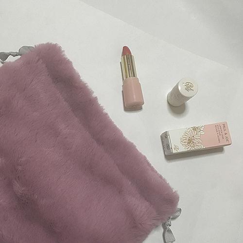 150円でGETできるダイソーの巾着型ファーバッグがかわいい♡おすすめの使い方とアレンジ方法をご紹介