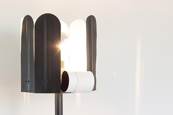 花びらみたいなシェードがポイント♩めくって明るさを調節するフロアランプがユニーク