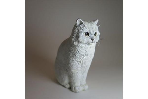 まるで生きているみたい…!手のひらサイズの猫の彫刻がキュートすぎる♡